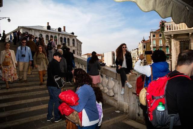 """Hồn nhiên ngồi pha cà phê và nấu ăn trên cầu, 2 du khách bị phạt nặng và """"đuổi cổ"""" khỏi Venice - ảnh 3"""