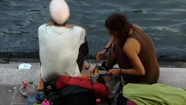 """Hồn nhiên ngồi pha cà phê và nấu ăn trên cầu, 2 du khách bị phạt nặng và """"đuổi cổ"""" khỏi Venice - ảnh 2"""
