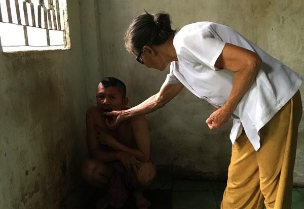 20 năm, người mẹ nghèo nuốt nước mắt xích con vào góc tường - ảnh 2