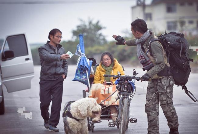 Xe lăn, xe đạp và một chú chó: Hành trình tình yêu gây sốt MXH từ hai con người phi thường - ảnh 3