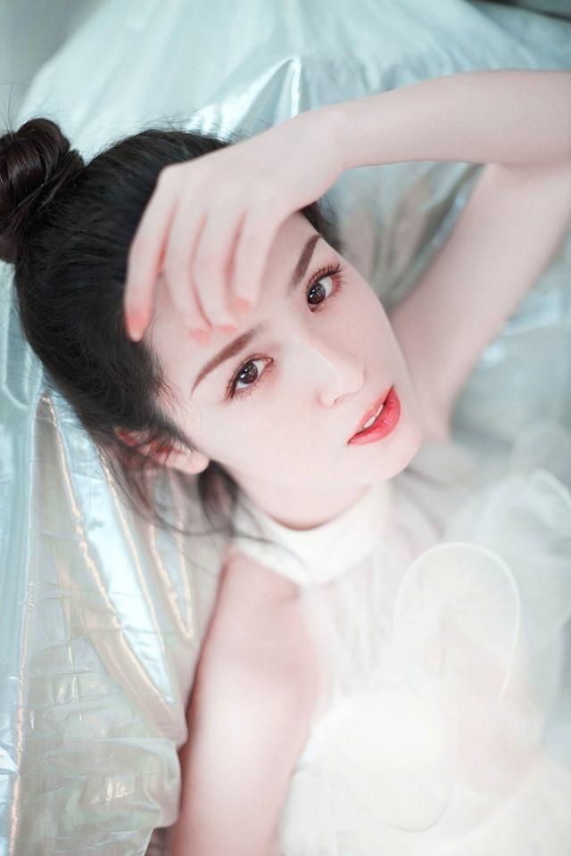 Đối thủ nhan sắc của Địch Lệ Nhiệt Ba gây sốt với bộ ảnh mới: Gương mặt hoàn mỹ, ánh mắt khiến phái nam lụi tim - ảnh 8