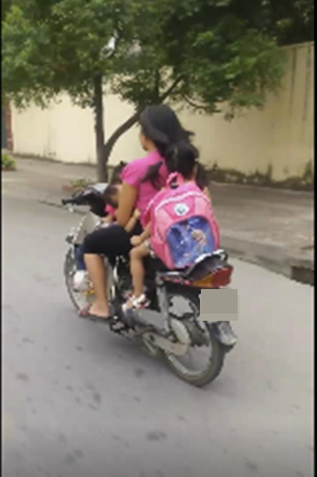 Thót tim nữ ninja đi băng băng trên đường Hà Nội, 1 tay lái xe máy, 1 tay... bồng con nhỏ - ảnh 4