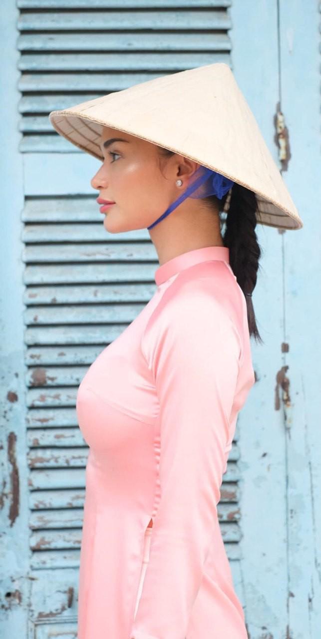 Miss Universe bị trao nhầm vương miện đến thăm Hội An: Khoe ảnh diện áo dài, hào hứng nếm thử vị cà phê Việt - ảnh 1