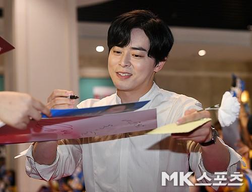 Thảm đỏ showcase gây sốt: Yoona diện áo ren lồ lộ nội y, đẹp rạng rỡ bên chồng ca sĩ Hậu duệ mặt trời - ảnh 12