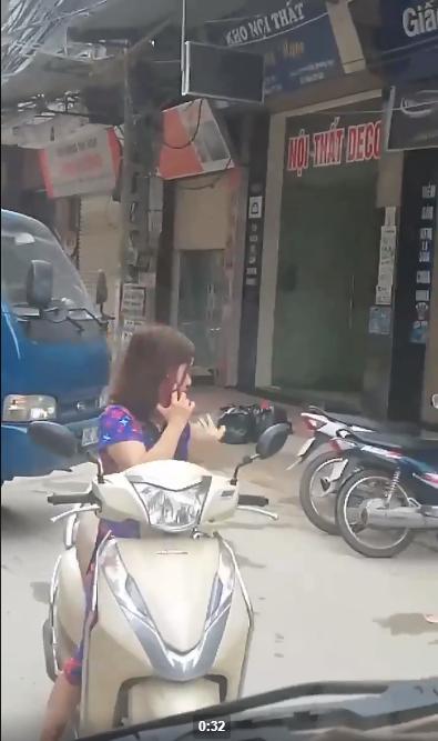Thót tim nữ ninja đi băng băng trên đường Hà Nội, 1 tay lái xe máy, 1 tay... bồng con nhỏ - ảnh 5