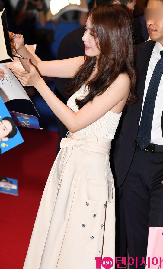Thảm đỏ showcase gây sốt: Yoona diện áo ren lồ lộ nội y, đẹp rạng rỡ bên chồng ca sĩ Hậu duệ mặt trời - ảnh 2