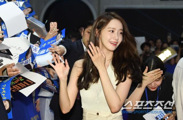 Thảm đỏ showcase gây sốt: Yoona diện áo ren lồ lộ nội y, đẹp rạng rỡ bên chồng ca sĩ Hậu duệ mặt trời - ảnh 1