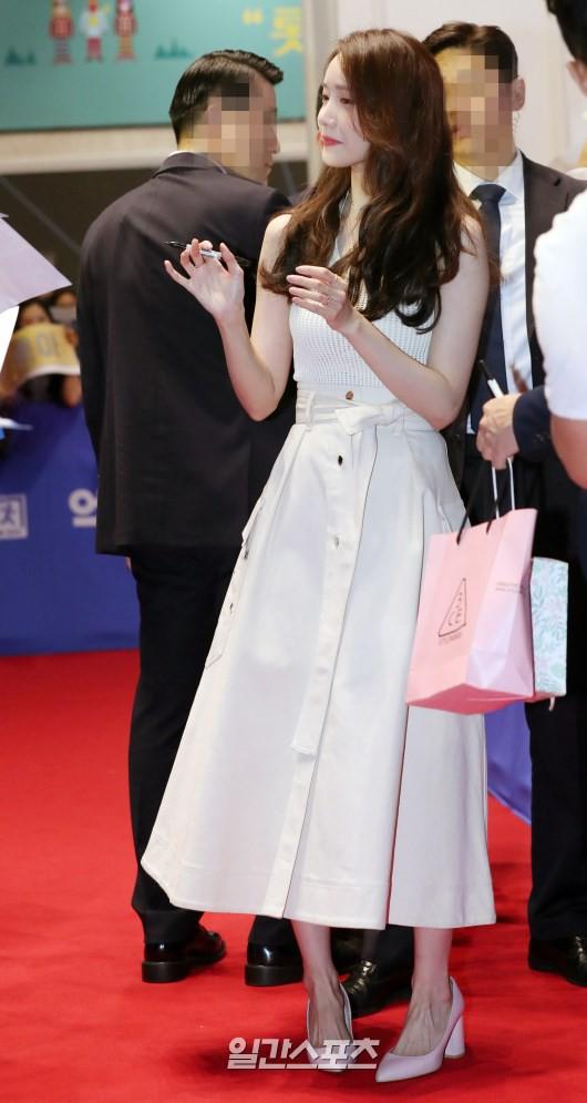 Thảm đỏ showcase gây sốt: Yoona diện áo ren lồ lộ nội y, đẹp rạng rỡ bên chồng ca sĩ Hậu duệ mặt trời - ảnh 3