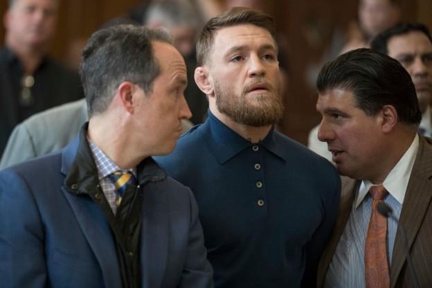 Biến căng: Bị từ chối lời mời rượu, võ sĩ MMA kiếm tiền giỏi nhất thế giới gây sốc khi đấm thẳng vào mặt một ông lão - ảnh 1