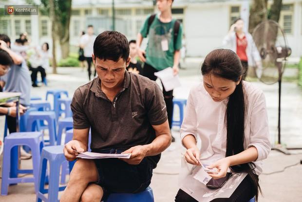 Cay mắt cảnh mẹ và con gái ngồi ăn cơm ngay giữa sân trường trong đưa con đi nhập học - ảnh 3