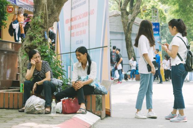 Cay mắt cảnh mẹ và con gái ngồi ăn cơm ngay giữa sân trường trong đưa con đi nhập học - ảnh 2