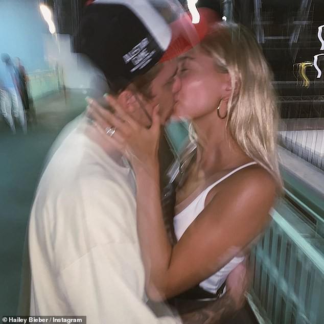 Lâu lắm mới thấy Justin Bieber tút tát đẹp trai bất ngờ, chụp hình cùng Hailey Baldwin để mặt mộc cũng xinh không kém - Ảnh 2.