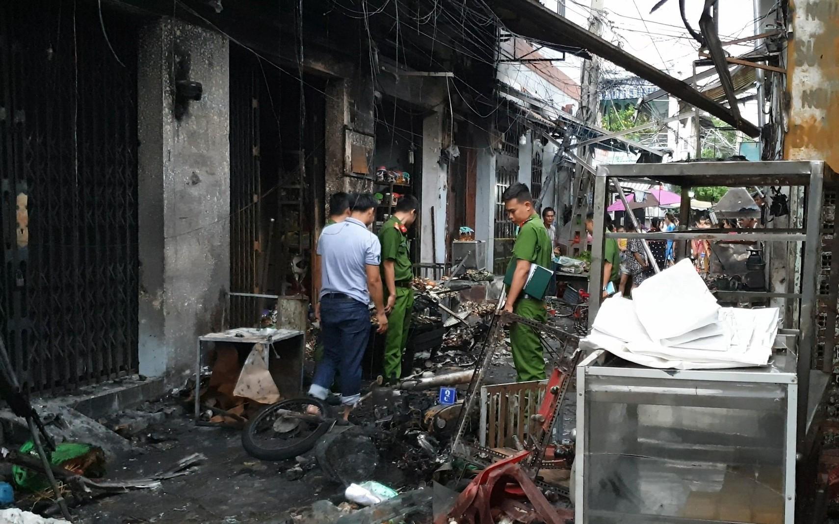 Bình gas bị rơi trong hẻm khiến 6 ki ốt ở Sài Gòn bị cháy rụi, người dân leo tường thoát thân