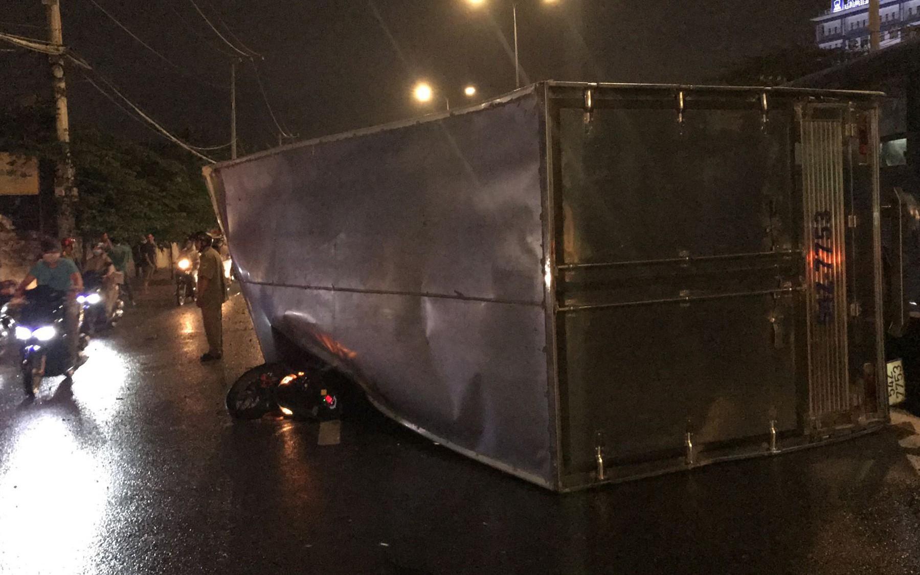 TP. HCM: Xe tải lật ngang đường đè nát xe máy, nam thanh niên phản xạ xuất thần thoát chết trong gang tấc