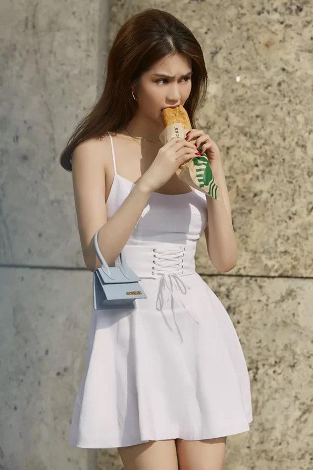 Cùng một chiếc túi hiệu bé tí: Chi Pu khoe thần thái, H'Hen Niê đựng chôm chôm, Ngọc Trinh lại vừa mang vừa gặm bánh mì - ảnh 3