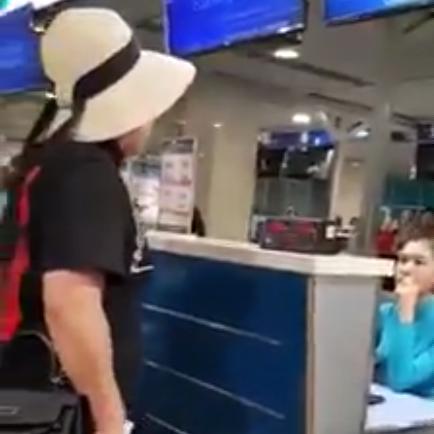 Nữ hành khách chửi bới nhân viên hàng không Vietnam Airlines là cán bộ công an ở Hà Nội - ảnh 1