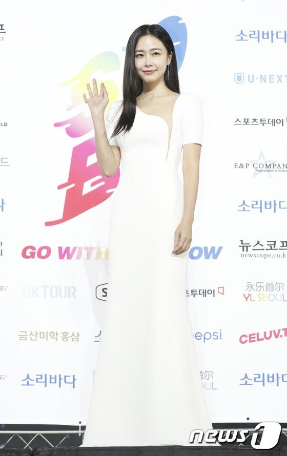 Siêu thảm xanh ngày 2: Red Velvet gây sốc với váy thảm họa, tài tử Vì sao đưa anh tới dẫn đầu dàn diễn viên đọ sắc idol - ảnh 39