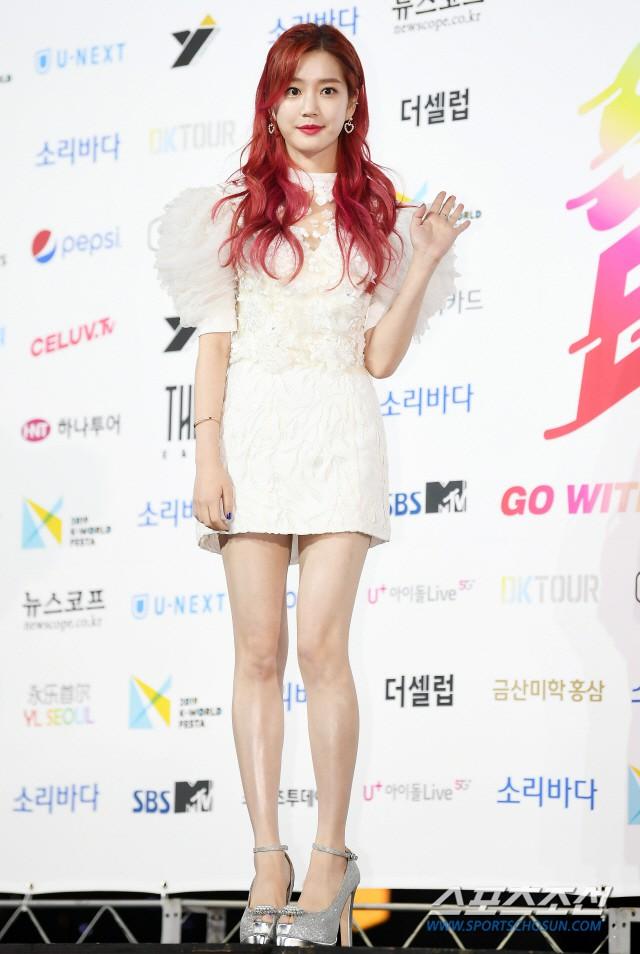 Siêu thảm xanh ngày 2: Red Velvet gây sốc với váy thảm họa, tài tử Vì sao đưa anh tới dẫn đầu dàn diễn viên đọ sắc idol - ảnh 38