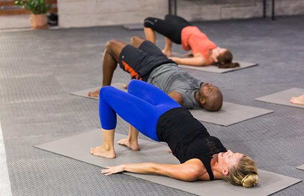 Nằm chơi không cũng có ngay bài tập giúp giảm béo bụng và đau lưng từ Phí Phương Anh - ảnh 1