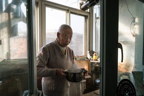 Bi kịch xã hội hiện đại Trung Quốc: Cha mẹ về già bị con cái bỏ rơi, sống cô quạnh, không một lời hỏi thăm, chết không ai biết - ảnh 1