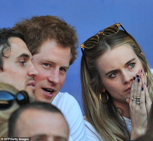 Từng là mối tình dài hơi nhất của Hoàng tử Harry, giờ cô gái ấy cũng tìm được bến đỗ cuộc đời bên người chồng điển trai và tài giỏi - ảnh 4