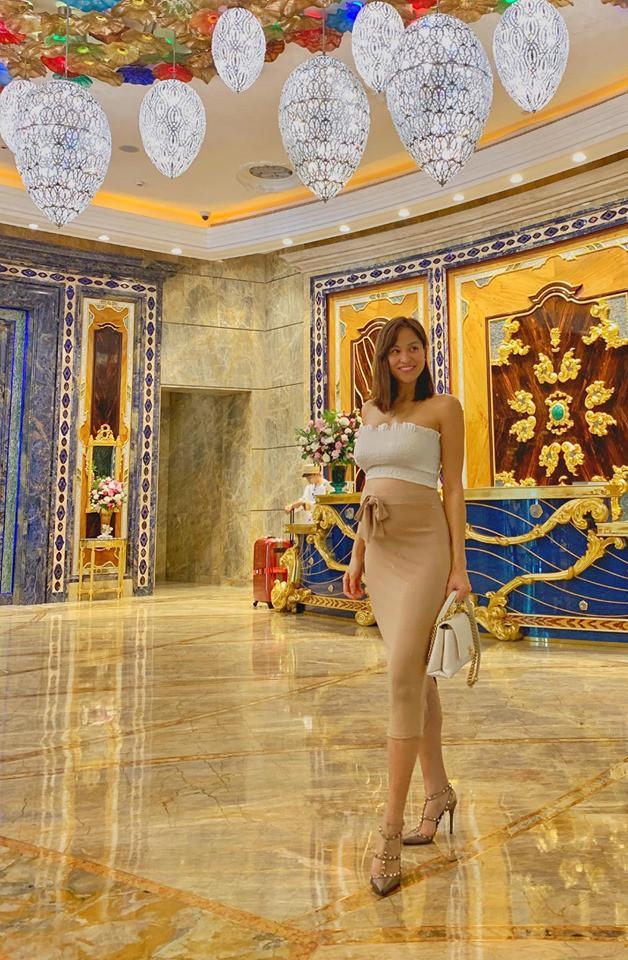 Ôm bụng bầu 6 tháng, MC Phương Mai khiến fan lo lắng vì vẫn đi giày cao gót, diện đầm ôm sát khoe body nuột nà - ảnh 1