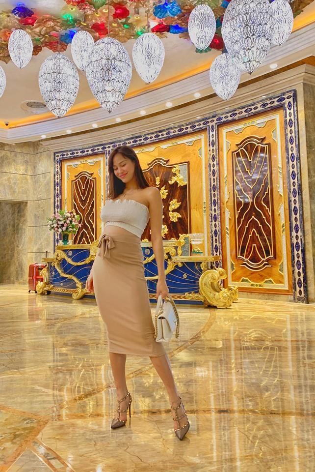 Ôm bụng bầu 6 tháng, MC Phương Mai khiến fan lo lắng vì vẫn đi giày cao gót, diện đầm ôm sát khoe body nuột nà - ảnh 2