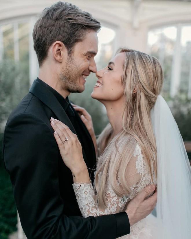 YouTuber nổi tiếng bậc nhất thế giới PewDiePie vừa chính thức kết hôn, nhan sắc cô dâu khiến ai cũng phải chú ý - ảnh 1