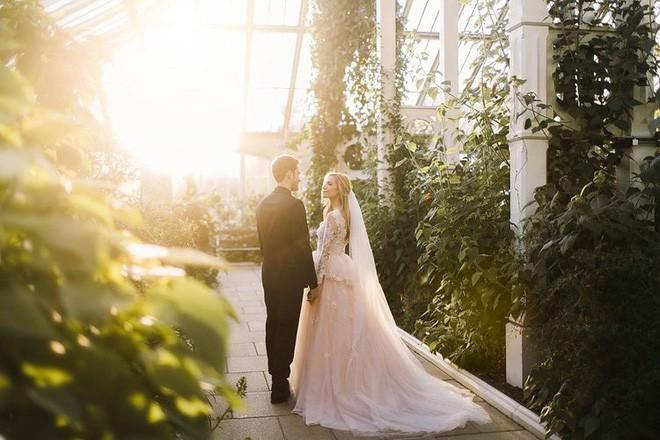 YouTuber nổi tiếng bậc nhất thế giới PewDiePie vừa chính thức kết hôn, nhan sắc cô dâu khiến ai cũng phải chú ý - ảnh 2