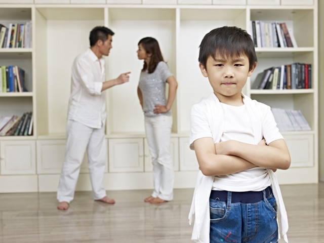 Chứng kiến cảnh tượng bố bạo hành mẹ, cậu bé 6 tuổi đã làm một việc gây kinh ngạc, giải quyết luôn mâu thuẫn của người lớn - ảnh 1