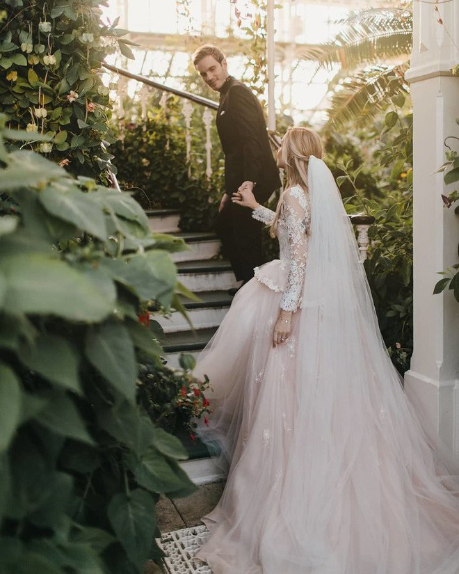YouTuber nổi tiếng bậc nhất thế giới PewDiePie vừa chính thức kết hôn, nhan sắc cô dâu khiến ai cũng phải chú ý - ảnh 8