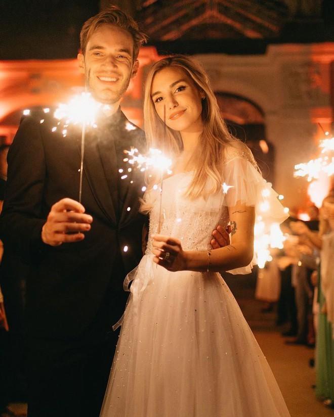 YouTuber nổi tiếng bậc nhất thế giới PewDiePie vừa chính thức kết hôn, nhan sắc cô dâu khiến ai cũng phải chú ý - ảnh 11