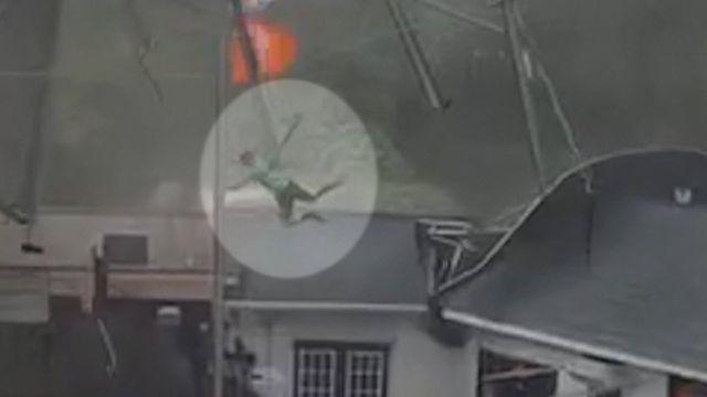 Vừa hay tin cuồng phong bão tố kéo đến, 2 nhân viên nhà hàng trở tay không kịp bị cuốn bay lên không trung 6m - ảnh 2