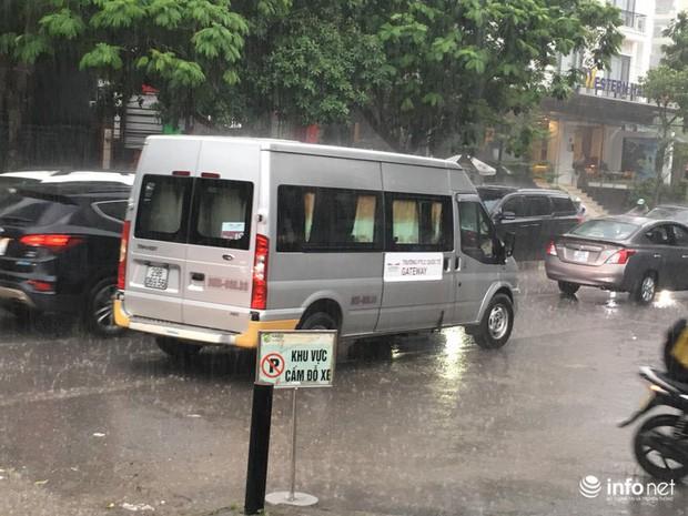 Buổi thực nghiệm hiện trường vụ cháu bé trường Gateway: Trời mưa khiến thời gian di chuyển không khớp với hôm xảy ra sự việc - Ảnh 2.