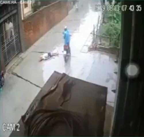 Phẫn nộ clip xe máy tông người đi bộ nằm bất động, tài xế bỏ chạy, hàng chục người đi đường thờ ơ lướt qua như không thấy gì - ảnh 1
