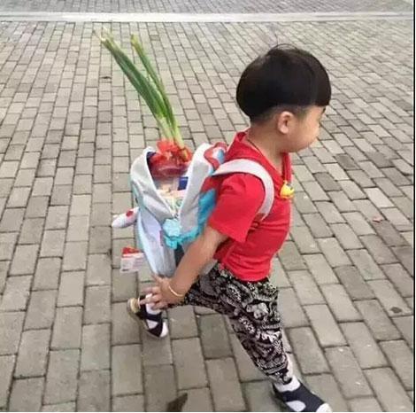 Bắt gặp học sinh bỏ củ hành lá vào cặp trong ngày đầu tiên đến trường, cư dân mạng thích thú trước ý nghĩa của phong tục hiếm có khó tìm này - ảnh 2