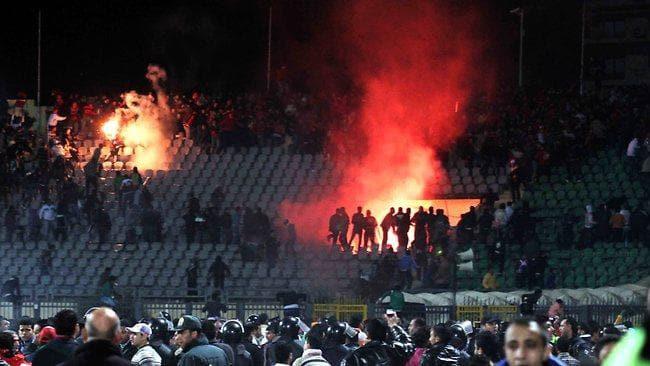 Những thảm họa pháo sáng kinh hoàng nhất lịch sử bóng đá: Những quả pháo là một nguyên nhân gây ra cái chết của 74 người - ảnh 1