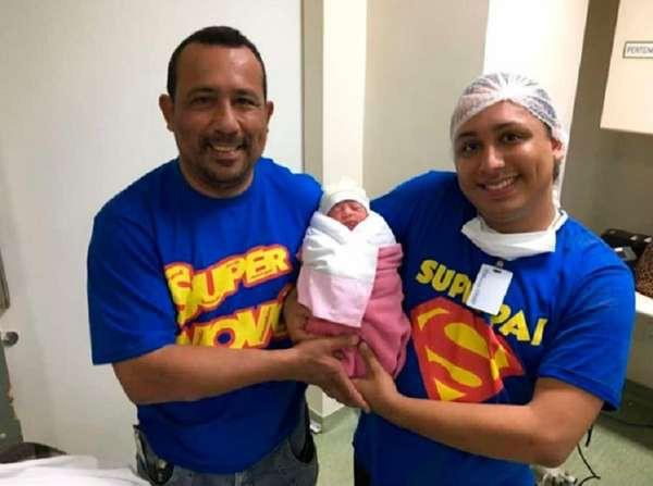 Bà mẹ 45 tuổi mang thai hộ con trai đồng tính, hạ sinh 2 em bé đáng yêu trong sự ngỡ ngàng của cả gia đình - ảnh 2