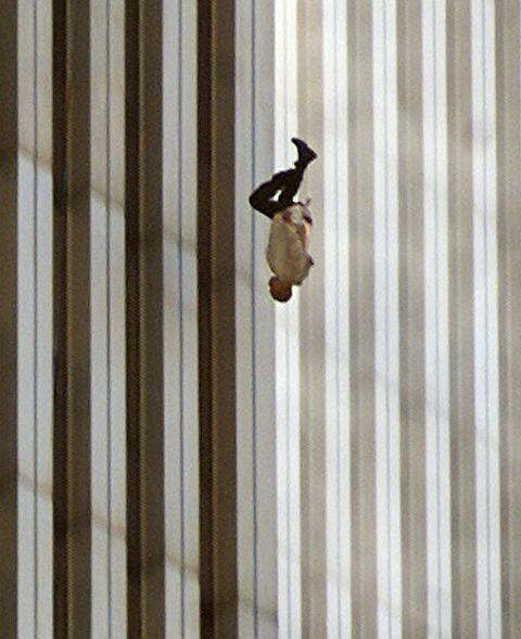 Đã 18 năm kể từ khi vụ khủng bố 11/9 đoạt mạng hàng nghìn người Mỹ, bức ảnh người đàn ông rơi vẫn không ngừng gây ám ảnh - ảnh 1