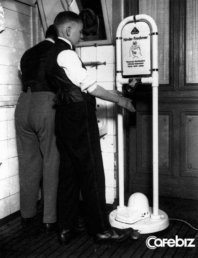 Giấy vệ sinh vs Máy sấy tay: Cuộc đại chiến không hồi kết trong toilet - ảnh 1