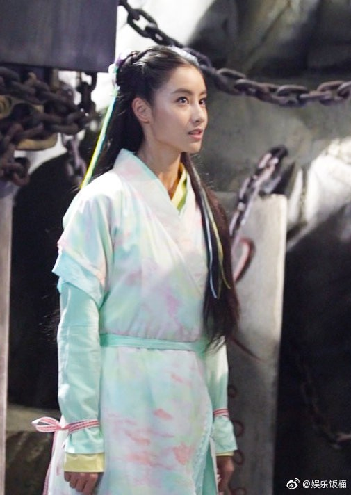 """Đóng Tiểu Long Nữ chưa xong, Mao Hiểu Tuệ lại """"cosplay"""" vai khác Lưu Diệc Phi khiến người xem không ngỏi ngỡ ngàng! - ảnh 4"""