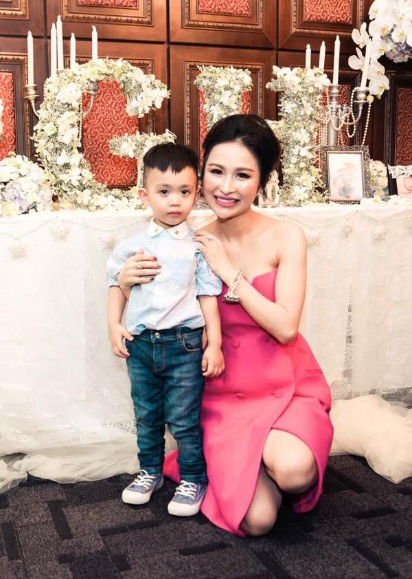 Soi điểm lạ trên gương mặt Mina Phạm khiến dân tình đồn đoán vợ 2 đại gia Minh Nhựa đã trải qua không ít cuộc dao kéo - ảnh 5