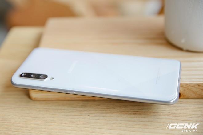 Sang chảnh hút mắt với Galaxy A50s: Thiết kế độc đáo, vân tay dưới màn hình, 3 camera mà giá chỉ 7.8 triệu - ảnh 2