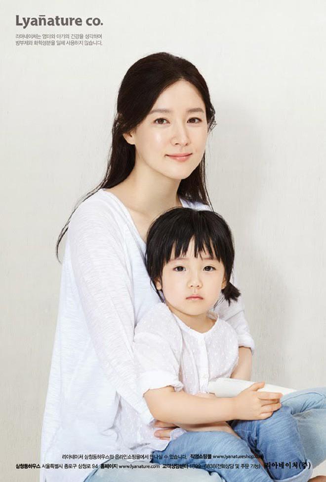 Quan điểm nuôi con đối lập của các ông bố bà mẹ nổi tiếng xứ Hàn Quốc: Người tích cực khoe con trên cả tạp chí, người giấu kín như bưng - ảnh 1
