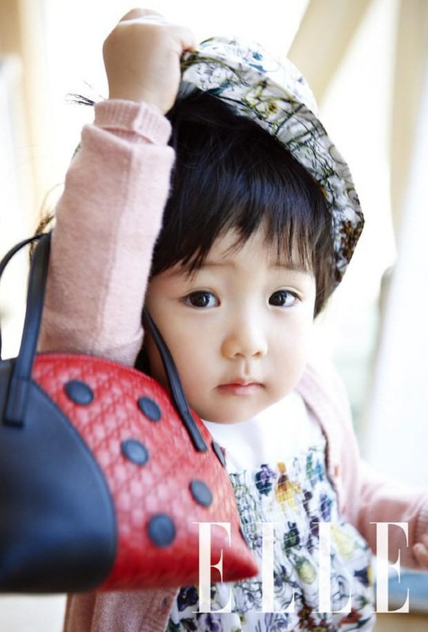 Quan điểm nuôi con đối lập của các ông bố bà mẹ nổi tiếng xứ Hàn Quốc: Người tích cực khoe con trên cả tạp chí, người giấu kín như bưng - ảnh 2