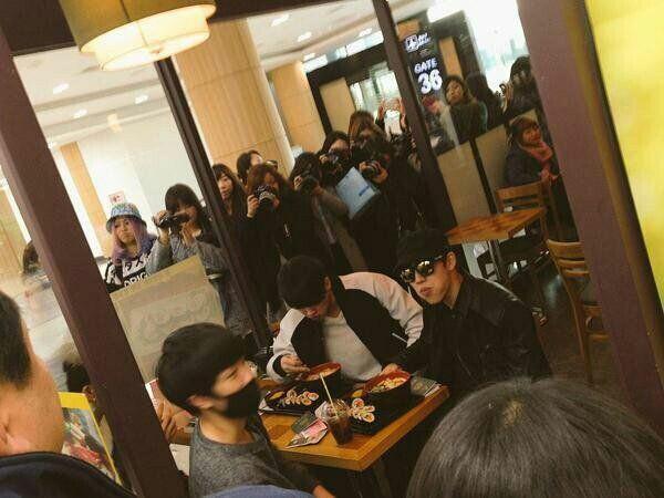 Bị fan chèn bẹp ngoài sân bay chưa là gì, nhìn cảnh tượng idol Kpop phải đối mặt bên trong mới rùng mình - Ảnh 3.