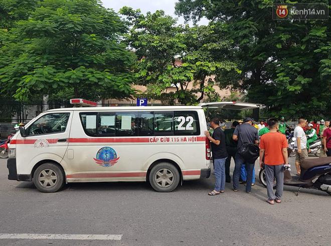 Hà Nội: Xe máy chạy với tốc độ cao đâm vào nữ sinh qua đường văng xa 2 mét khiến 3 người bị thương - Ảnh 2.