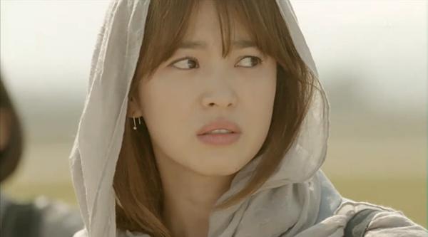 Cùng cảnh chiếc khăn gió lạnh: Song Hye Kyo gặp đức lang quân, Suzy (Vagabond) rơi vào tầm bắn! - ảnh 3