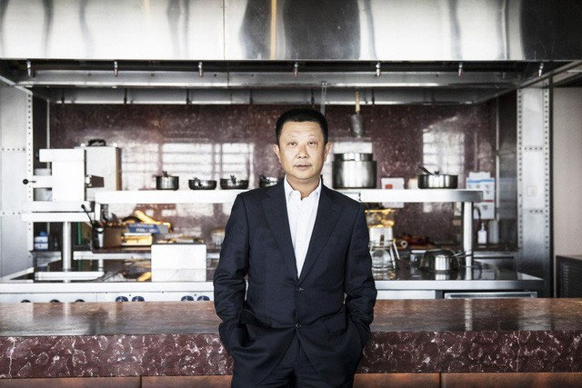 Xô đổ kỷ lục 10 năm, vua lẩu gốc Trung thành tỷ phú giàu nhất Singapore: Bỏ học để mở nhà hàng lẩu dù không biết nấu, coi trọng nhân viên hơn cả khách hàng! - ảnh 1