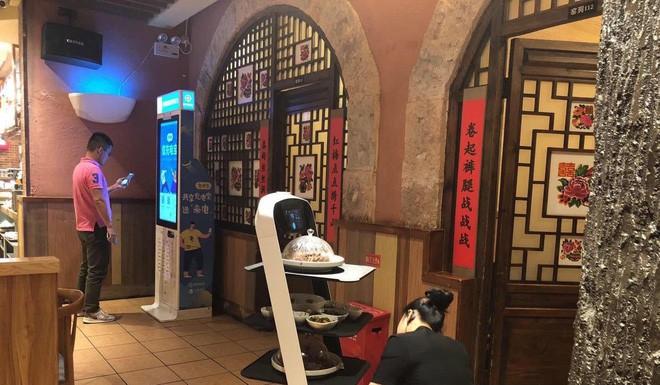 Khi giới trẻ Trung Quốc không muốn làm phục vụ bàn, các cửa hàng đành nhờ cậy vào robot - ảnh 1